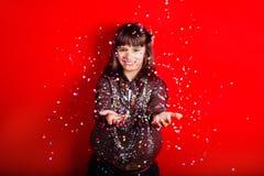 Confetes de jogo da menina feliz do partido Imagem de Stock