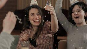 Confetes de jogo dos jovens que comemoram o aniversário Fotografia de Stock Royalty Free