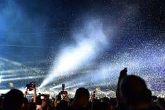 Confetes de jogo sobre a multidão no concerto vivo Fotografia de Stock Royalty Free