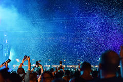 Confetes de jogo sobre a multidão no concerto vivo Foto de Stock Royalty Free