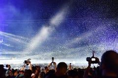Confetes de jogo sobre a multidão no concerto vivo Fotos de Stock Royalty Free