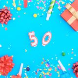 Confetes do vário partido, balões, caixa de presente e número 50 Foto de Stock Royalty Free