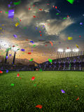Confetes e ouropel do por do sol do estádio com fãs dos povos 3d tornam a ilustração nebulosa Imagem de Stock Royalty Free