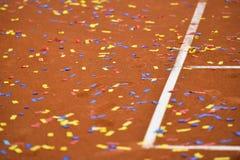 Confetes em uma corte de argila do tênis Imagem de Stock
