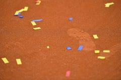 Confetes em uma corte de argila do tênis Fotos de Stock