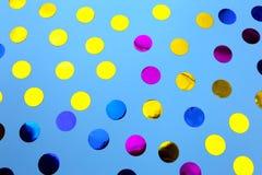 Confetes redondos no fundo azul imagem de stock