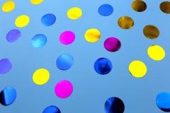 Confetes redondos no fundo azul foto de stock royalty free