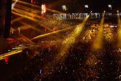 Confetes sobre a multidão partying durante um concerto vivo Fotografia de Stock Royalty Free
