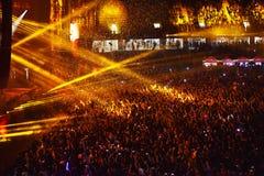 Confetes sobre a multidão partying durante um concerto vivo Imagem de Stock