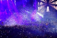 Confetes sobre a multidão partying durante um concerto vivo Imagens de Stock Royalty Free