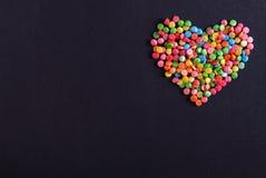 Confeti coloreado en la forma de un corazón Imagenes de archivo
