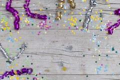 Confeti del carnaval en el fondo de madera Foto de archivo