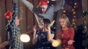Confeti del tiro de los amigos en el aire en el tiempo de la Navidad metrajes