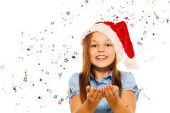 Confeti hermoso feliz y sonrisa del soplo de la muchacha Imagen de archivo libre de regalías