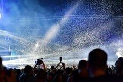 Confeti que lanza sobre la muchedumbre en el concierto vivo Foto de archivo