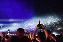 Confeti que lanza sobre la muchedumbre en el concierto vivo Imagenes de archivo