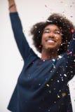 Confeti que sopla de la mujer afroamericana en el aire Fotos de archivo