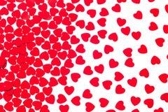 Confeti rojo de los corazones del modelo decorativo del día del ` s de la tarjeta del día de San Valentín aislado en el fondo bla Foto de archivo