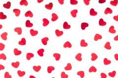 Confeti rojo de los corazones del modelo decorativo del día del ` s de la tarjeta del día de San Valentín aislado en el fondo bla fotografía de archivo