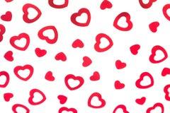 Confeti rojo de los corazones del modelo decorativo del día del ` s de la tarjeta del día de San Valentín aislado en el fondo bla fotos de archivo