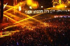 Confeti sobre ir de fiesta a la muchedumbre durante un concierto vivo Imagen de archivo