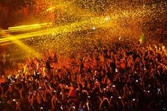 Confeti sobre ir de fiesta a la muchedumbre durante un concierto vivo Imágenes de archivo libres de regalías