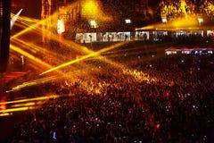 Confeti sobre ir de fiesta a la muchedumbre durante un concierto vivo Fotografía de archivo