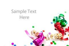 Confeti y bobinadores de cintas en modo continuo coloreados multi en blanco Foto de archivo libre de regalías