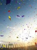 Confeti y malla del día del estadio con las fans de la gente 3d rinden el cielo azul del ejemplo fotografía de archivo libre de regalías