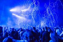 Confetii-Kanonen, die Konfettis auf Menge während eines Konzerts werfen Stockfotos