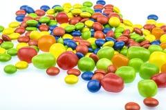 confetteria Caramelle rotonde nei colori differenti e primo piano di forme su un fondo bianco Immagine Stock