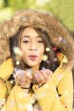 Confetti в воздухе, образ жизни женщины дуя Нового Года партии conc стоковая фотография