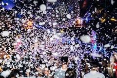Confetti и силуэты толпы концерта стоковое изображение