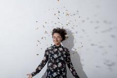 Confetti красивой молодой женщины бросая Стоковое Фото