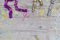 Confetti масленицы на деревянной предпосылке Стоковые Фотографии RF