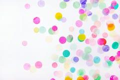 Confetti на белой предпосылке стоковое изображение rf