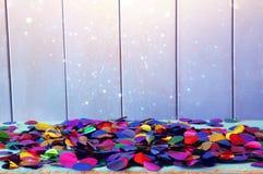 Confetti партии красочный на деревянном столе Стоковые Изображения