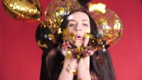 Confetti счастливой женщины дуя поблескивая к камере акции видеоматериалы