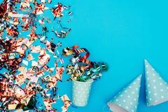 Confetti с шляпами бумажного стаканчика и партии Стоковое фото RF