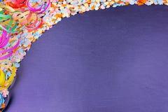 Confetti I Streamers Na łupku - nowy rok, karnawału Partyjny pojęcie Obraz Royalty Free