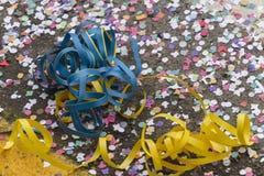 Confetti i streamers przy karnawałem Zdjęcie Royalty Free