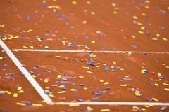 Confetti na tenisowym glinianym sądzie Obrazy Royalty Free
