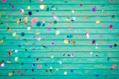 Confetti spada na drewnianym tle zdjęcie stock
