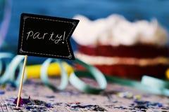 Confetti, streamers, tort i signboard z słowem, bawją się zdjęcia stock