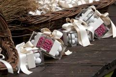 Confetti und Geschenk Stockbild
