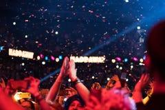 Confettien die over het partying van menigte werpen Stock Fotografie