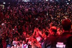 Confettien die over het partying van menigte werpen Stock Foto's