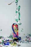 Confettien die van een partijpopcornpan ontspruiten Stock Foto's