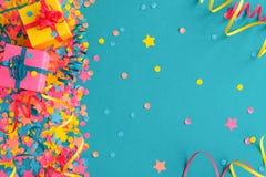 Confettien en kronkelweg op een blauwgroene achtergrond royalty-vrije stock fotografie