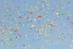 Confettien het vliegen stock afbeelding